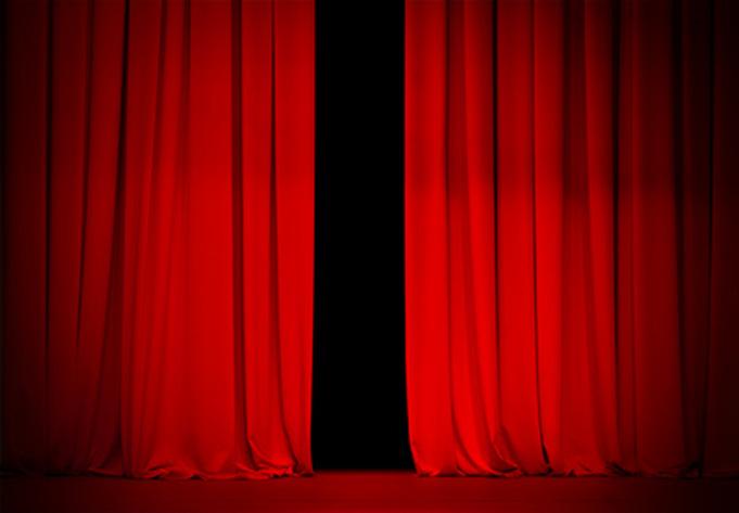 roter Vorhang auf der Bühne leicht geöffnet.
